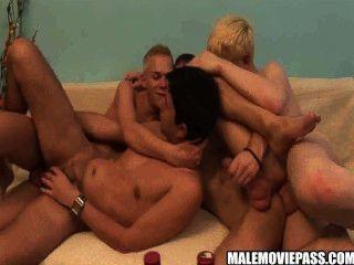 Cuatro córnea hunks tener algunos borrachos sexo en grupo