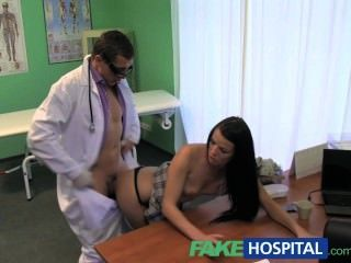 Falso hospital rígido cuello seguido de una gran polla rígida del médico