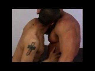 Gay interracial (blk / ltn + wht) juego de pezón y posición misionera: set 01