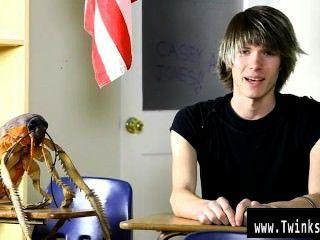 Sexy joven gay casey jones es de dieciocho años de edad y nuevo a la pornografía
