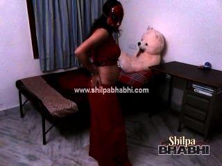 Esposa atractiva del indio del bhabhi del shilpa en saree rojo que desnuda el sexo desnudo
