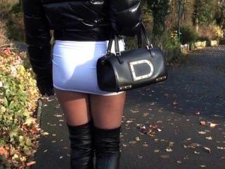 Julie skyhigh adolescente hot miniskirt \u0026 overknee botas de cuero caminando en la calle