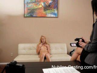 Rubia linda obtiene su primer disparo en la pornografía