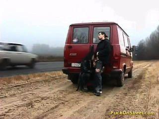 Cachonda puta chupa polla en la carretera