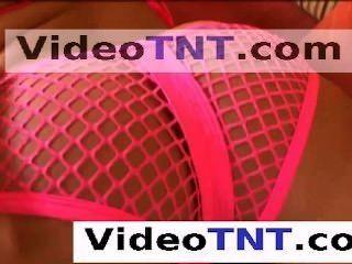 Joven virgen adolescente jugando alrededor de su habitación de hotel en apretado rosa gstring pant