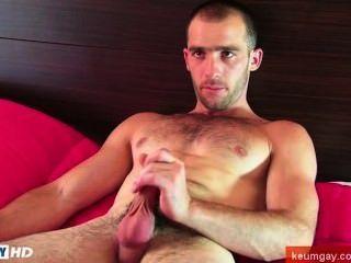 Este sexy str8slim encaja, pero el tipo musculoso se masturba su polla dura por un chico!