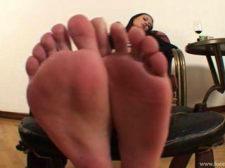 Ama amanda quitarle los zapatos