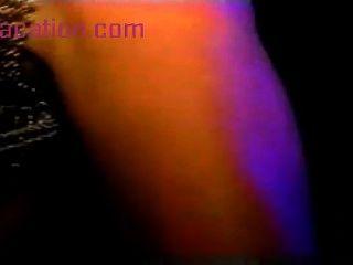Chica de baile caliente se divierten en el vestidor masturbación gatito