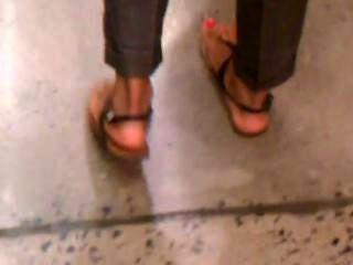 Pies calientes árabes calientes en sandalias atractivas