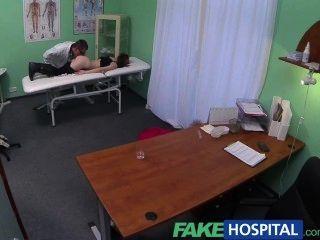 Fakehospital petite emo chick hace que el médico golpe rápido