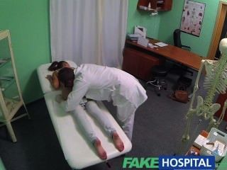 Fakehospital nympho morena adolescente está de vuelta en la oficina de médicos
