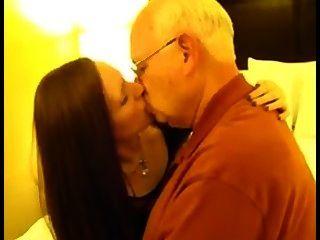 Cuckold esposa besando anciano