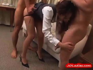 Mujer de oficina en pantyhose chupar 3 chicos follados en la habitación del hotel