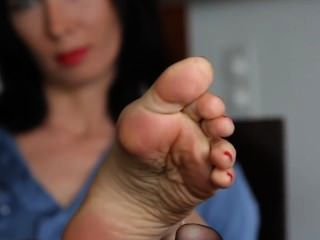 Aga nos muestra de nuevo sus pies tan sexy