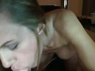 MILF chupa el consolador en la webcam.la amo !