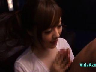 Asiática chica en blanco superior dando handjob y mamada para faci