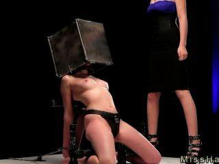 Bdsm nena con la cabeza en caja de acero spaked
