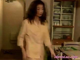 2 chicas asiáticas besándose apasionadamente chupar pezones en el pasillo y lamer