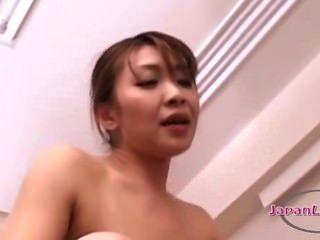 Asiática mujer lamiendo coños en 69 con la chica más joven follada con strapon en