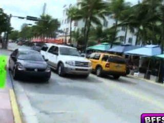 Adolescentes en bikinis lavan coches y chupan a sus clientes