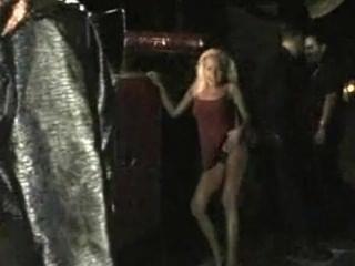 Milf se desnuda y se burla en público