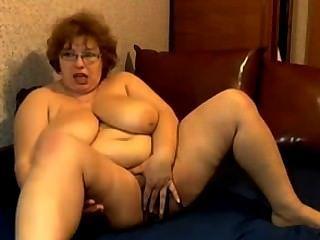 Abuelita con grandes tetas masturbándose