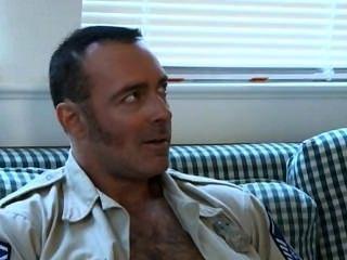 Soldado del papá del sexo de sábado, policía caliente y individuo joven