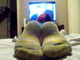 Viendo tv en calcetines sucios