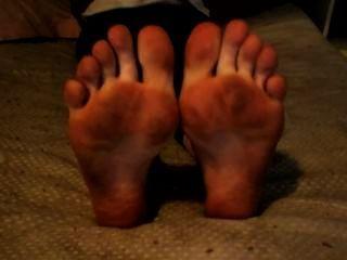 Moviendo los dedos de los pies con pies sucios y suelas