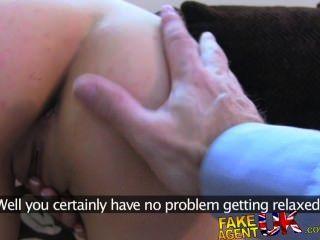Fakeagentuk sexy italiano muestra increíble habilidades de la garganta profunda