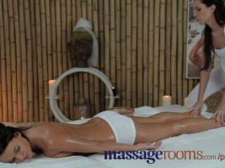 Salas de masaje adolescente adorable con senos perfectos obtiene gran orgasmo punto g