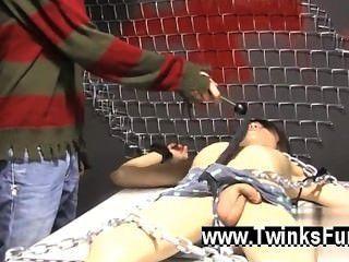 Sexo gay roxy rojo se despierta atado a una mesa y ryan conners toma su
