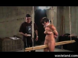 Dungeon master ata hasta morena sumisa y la hace cum con juguetes sexuales