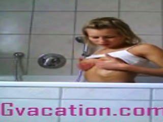 Tramp shows alemanes de su cuerpo caliente en la bañera