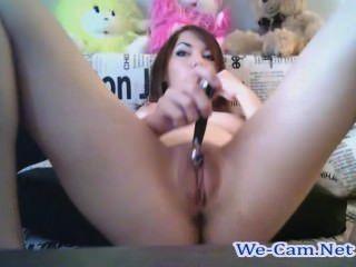 Hermosa chica se masturba en la sala de chat pública webcam