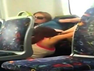 Lesbianas chica interrumpida en la cámara de teléfono comer a su amigo en el tren