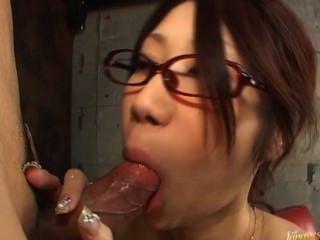 Fuuka takanashi muñeca asiática caliente es chupar polla en el garaje