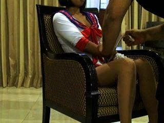 Sexy modelo tailandés xanny plantea en pantyhose y traje sexy