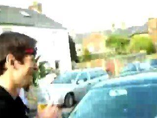 Hunk masculino rayas en la calle pública