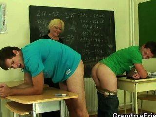 Profesor maduro es jodido por dos chicos cachondos