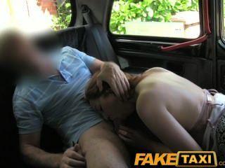 Faketaxi cheeky rojo cabeza paga con una mamada