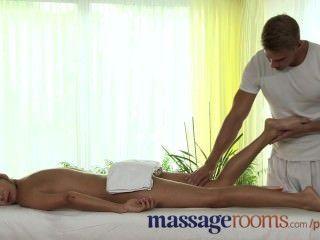 Salas de masaje perfecta piernas adolescentes y los pies están aceitados y cubiertos en caliente cum