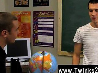 Twinks gay los jóvenes lindos todavía están en el aula después de todo el mundo