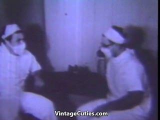 Nena se masturba en el baño