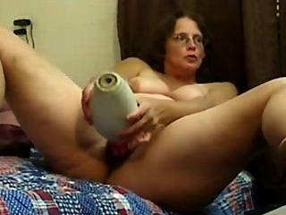 Peluda madura con gafas folla su coño con juguetes grandes