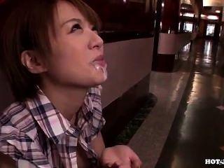 Chicas japonesas atacaron una agradable mujer madura en hotel.avi