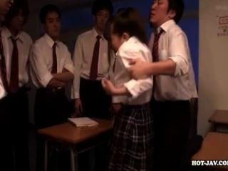 Las muchachas japonesas encantan a muchacha atractiva de la escuela en school.avi