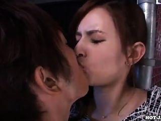 Las muchachas japonesas seducir a la muchacha adolescente atractiva sofa.avi