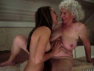 Sexo lesbiano entre abuelita y adolescentes