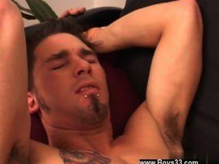 Video gay tommy se acostó en el sofá y jake siguió en pie